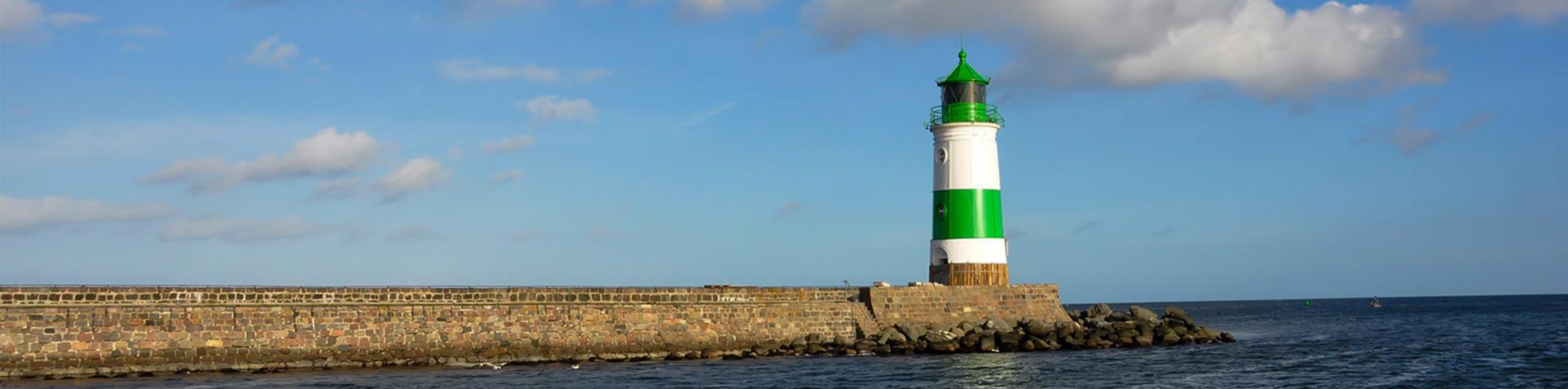 Ein Leuchtturm am Strand